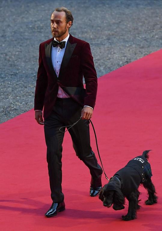James Middleton dorazil do Tate Modern s jedním ze svých psů.