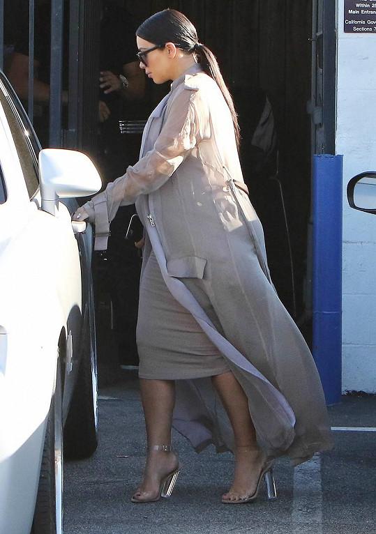 Pod Kim se podlamují podpatky.