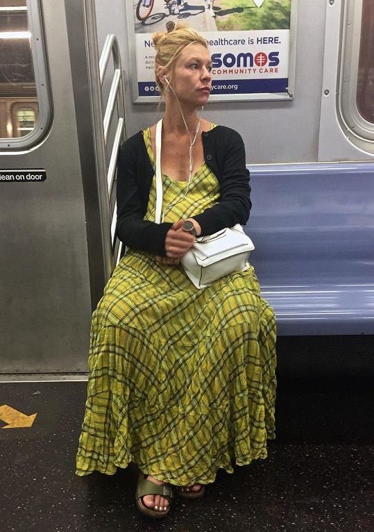 Po New Yorku cestuje metrem.