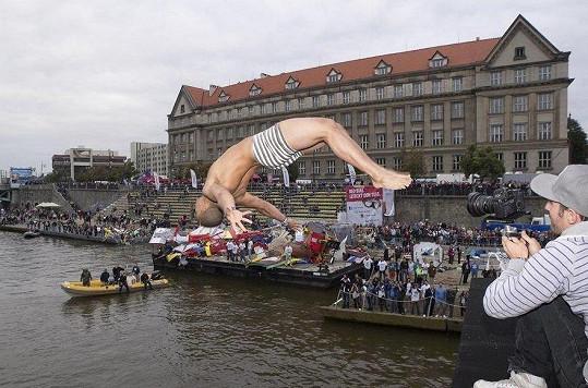 Ben Cristovao skáče salto do Vltavy.