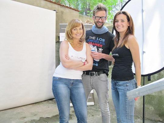 Kamila s fotografem a kadeřnicí.
