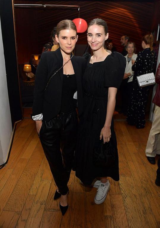 Partnerka Joaquina Phoenixe Rooney Mara dorazila na večírek se sestrou Kate (vlevo).