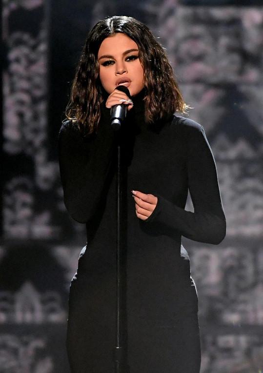 V černých šatech zazpívala baladu Lose You To Love Me.