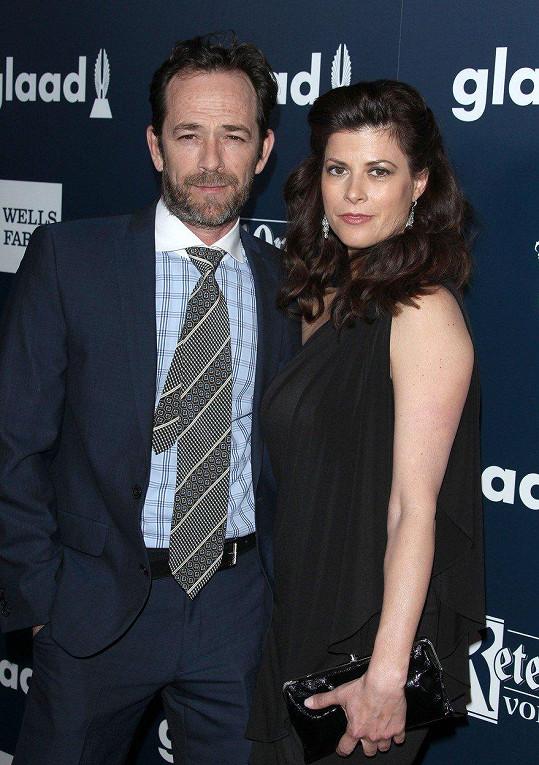 Luke Perry a jeho snoubenka Wendy Madison Bauer. Svatby se Perry bohužel nedožil.