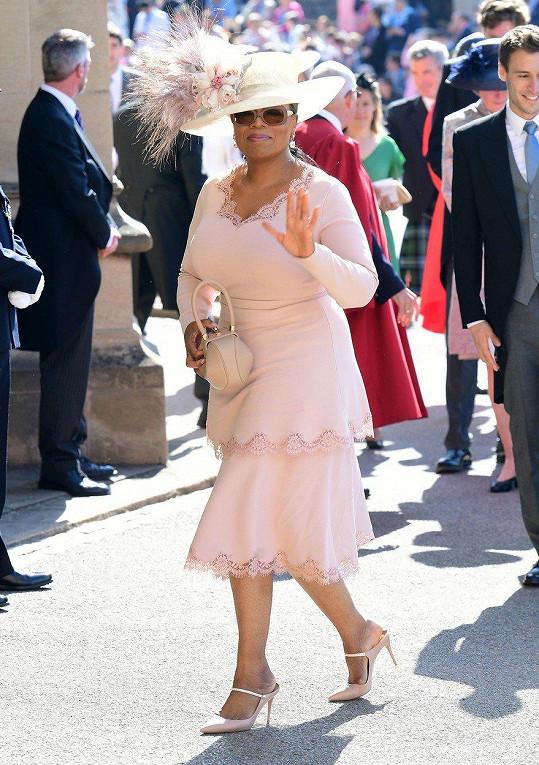 Oprah Winfrey byla vděčná týmu Stelly McCartney, který prý na jejím outfitu pracoval celou noc. Nejslavnější moderátorka světa byla nadšená z odstínu růžové svých šatů. V ruce Oprah držela kabelku značky Gabriela Hearst.