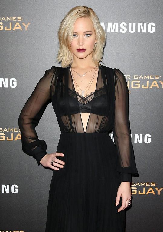 Na newyorské premiéře ukázala podprsenku.