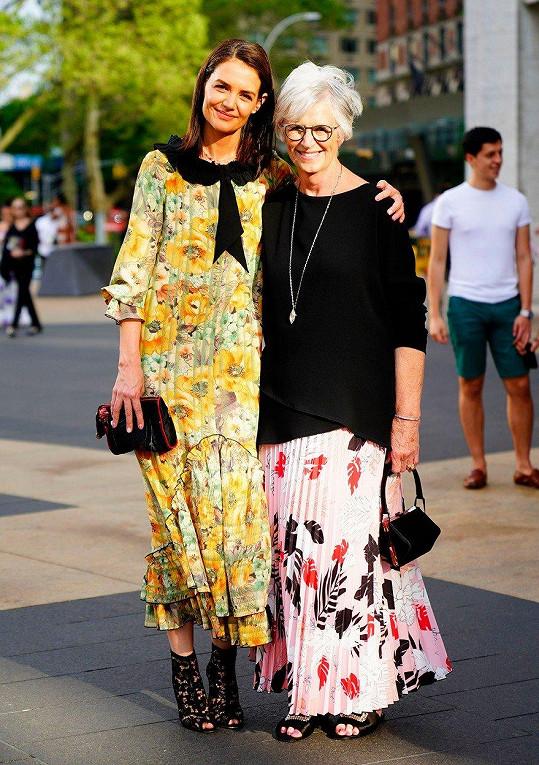 Katie Holmes do newyorského Lincolnova centra doprovodila maminka Kathleen.