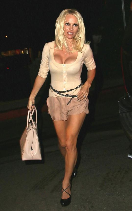 I s padesátkou na krku si Pamela potrpí na sexy outfity.