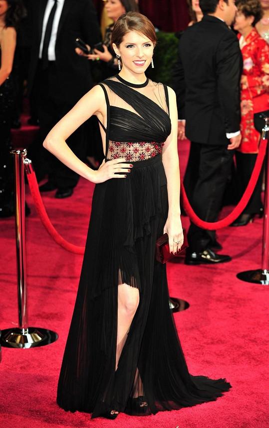 Hrozně rádi bychom ocenili tento model od J. Mendela, ale vysoko odhalené stehno (které snad mělo napodobit rozparek Angeliny Jolie z minula), asymetricky řešený vršek a výrazné detaily v pase jsou na jedny šaty až příliš povyku pro nic.