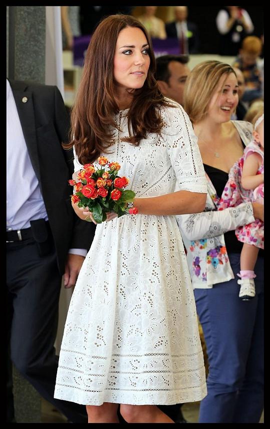 Kate v bílých šatech s květinami v rukou připomínala nevěstu.