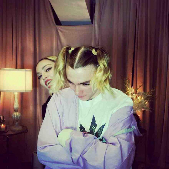 Maminka Madonna dělala se synovými vlasy psí kusy.