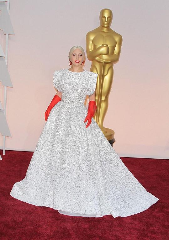 """Celkem pětadvacet lidí pracovalo na modelu zpěvačky, která si říká Lady Gaga, neuvěřitelných tisíc šest set hodin. """"Díky moc Azzedinovi Alaïovi za tento úchvatný kousek,"""" vyjadřovala Gaga díky návrháři prostřednictvím sociální sítě Instagram."""