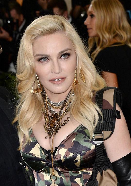 Dovedete si představit Madonnu za kasou v prodejně koblih?