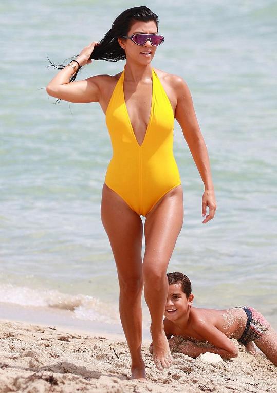 Kourtney na Floridě poutala pozornost nejen skvělou postavou, ale i kanárkově žlutými plavkami.