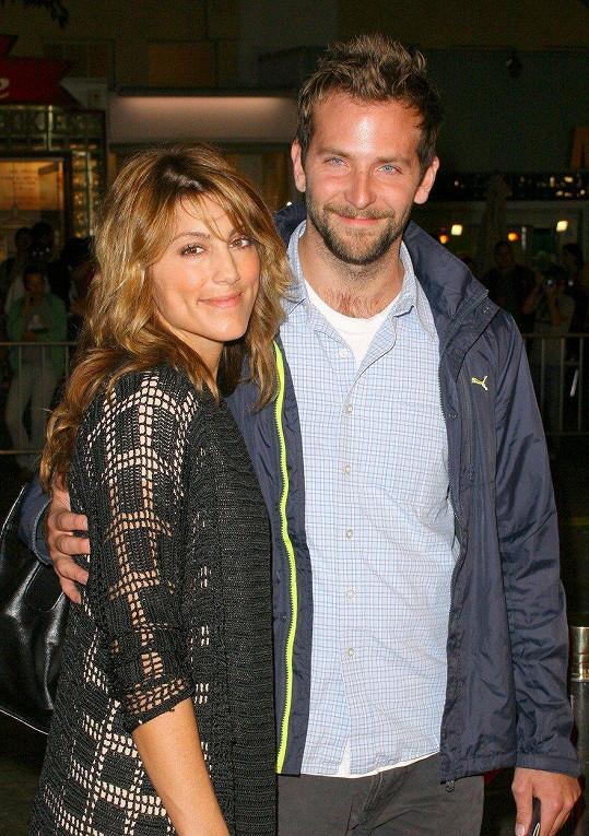 A taky Bradley Cooper s Amelií Warner.