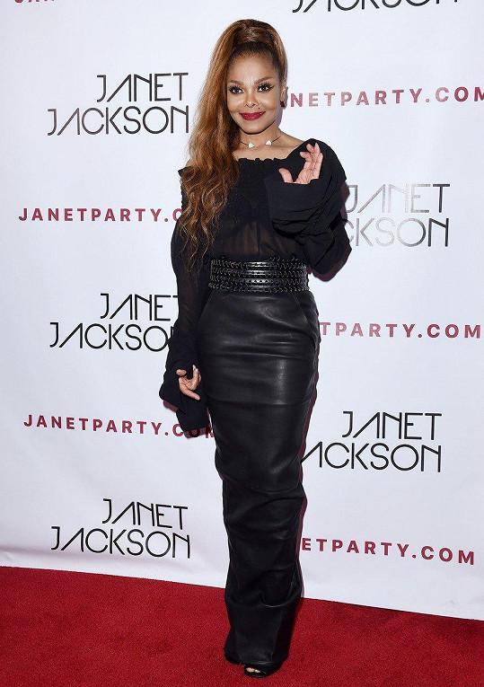 Na párty po koncertě dorazila v úzké černé sukni a průsvitném topu.