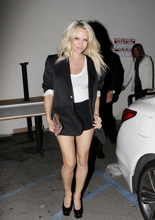 Pamela Anderson pod sakem ukrývala i další oblečení...
