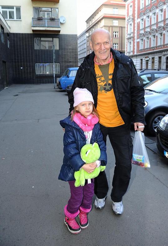 Starší dceru Petra Jákla Sofinku přivedl do kina dědeček.