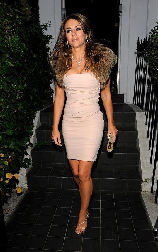 Elizabeth Hurley vypadala v těsných růžových šatech fantasticky.