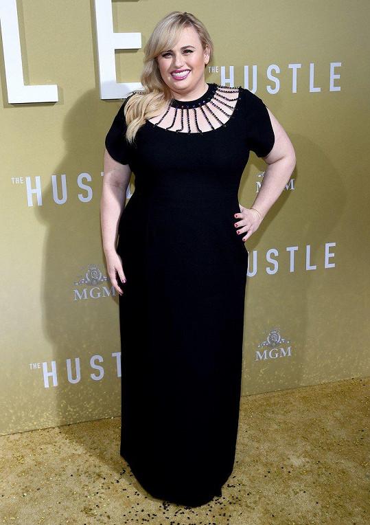 Na premiéru filmu Podfukářky zvolila černé šaty se zajímavým řešením v oblasti dekoltu.