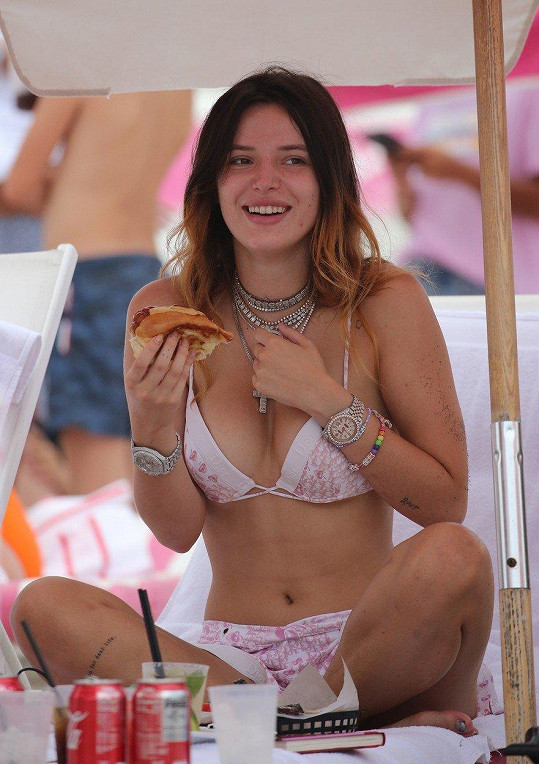 Herečka si užívala den na pláži v Miami.