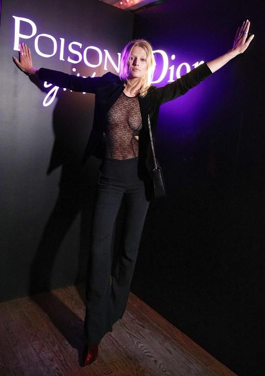 Toni Garrn oblékla jeden z posledních trendů - průsvitný top bez spodního prádla.