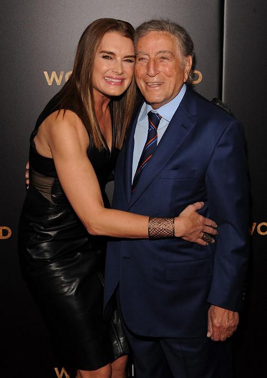 Brooke Shields na premiéře filmu Žena ve zlatém potkala legendárního zpěváka Tonyho Benneta.