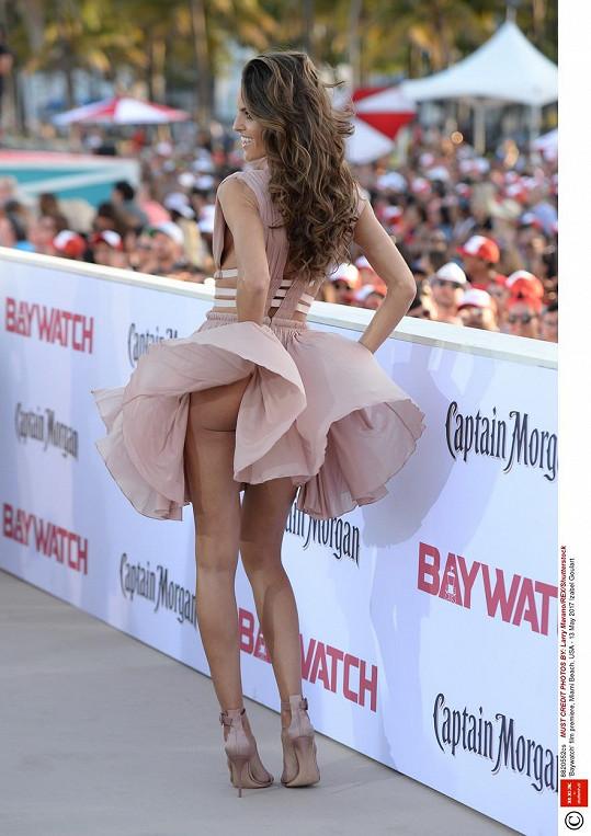 Ani modelka Izabel Goulart šatičky neuhlídala.
