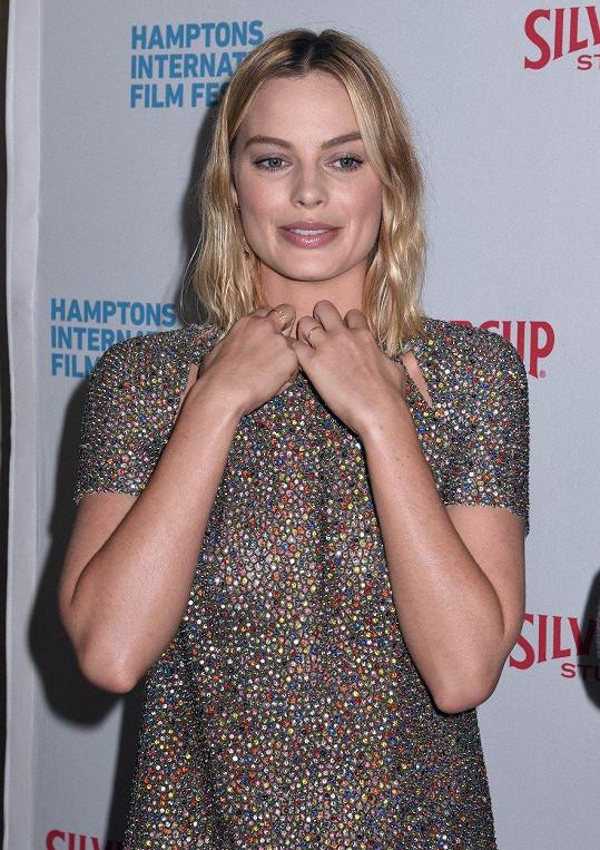 Na zahájení Hamptons International Film Festival v New Yorku si vzala šaty bez podprsenky.