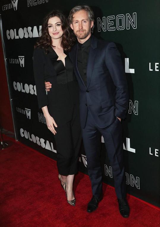 Shulman s manželkou, hollywoodskou hvězdou Anne Hathaway