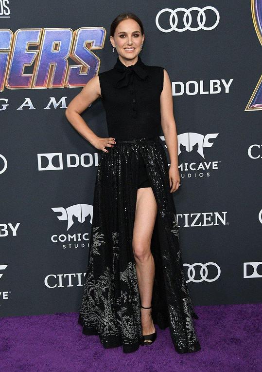 Herečka Natalie Portman zvolila na svůj vkus opravdu odvážný model.