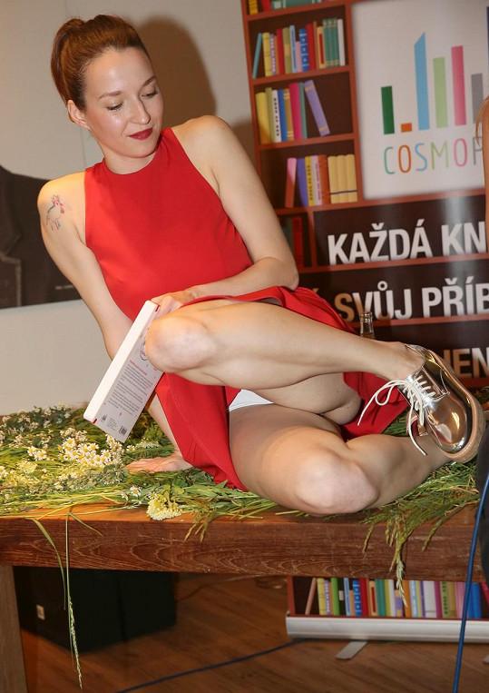 Berenika Kohoutová ukázala kalhotky hned dvakrát...