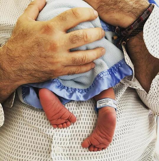 Mirek se pochlubil svým novorozeným synkem.