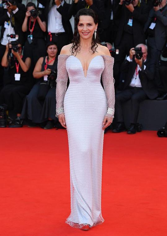 Juliette Binoche zářila v bílé róbě.