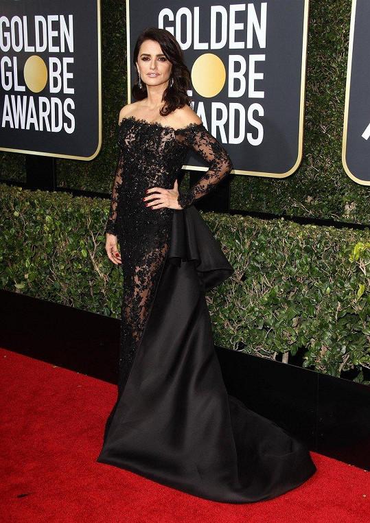 Penélope Cruz je sice malého vzrůstu, ale v krajkových šatech se saténovou vlečkou Ralph & Russo drobně nepůsobí.