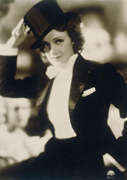 Za vynálezkyni dámského smokingu by se dala označit Marlene Dietrich.