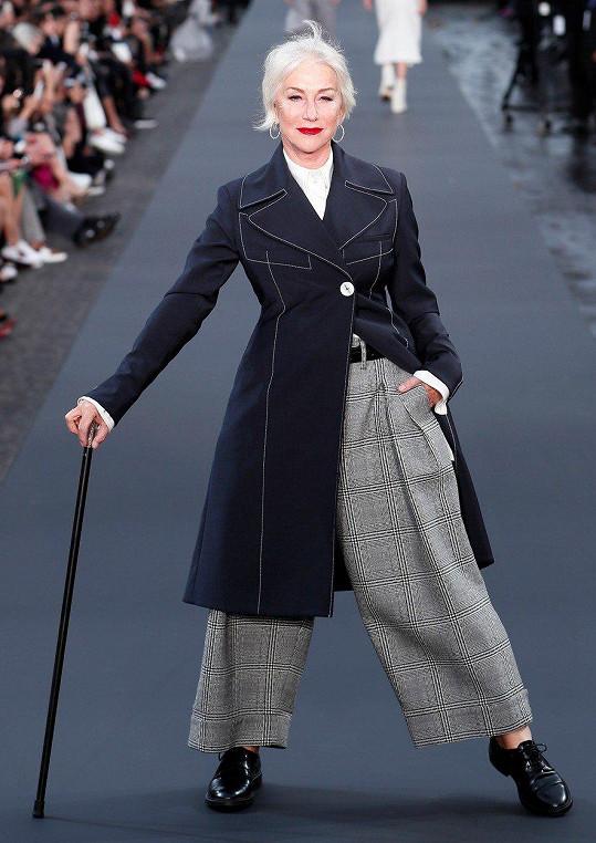 Stále velmi vitální a půvabná herečka Helen Mirren předváděla kousky z nové kolekce L'Oreal jako absolutní profík.