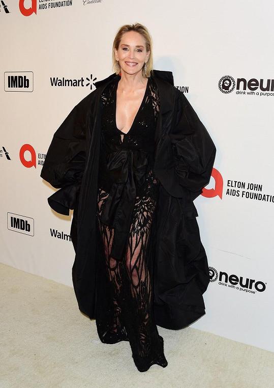 Sharon Stone dorazila na charitativní akci v černém.
