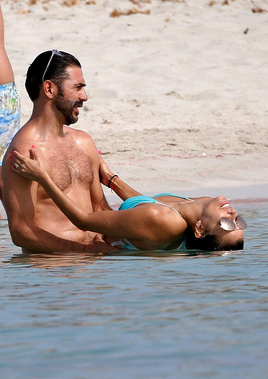 Eva a José si užívali něžnosti v moři.
