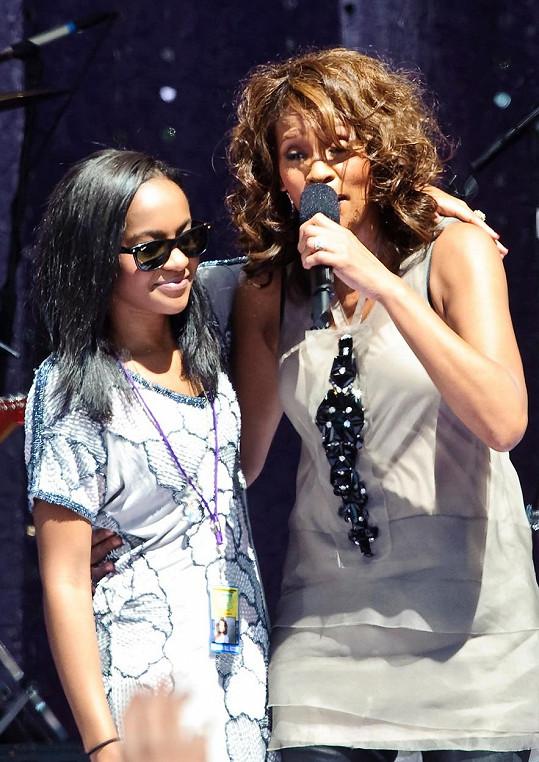 Na archivním snímku se svou zesnulou matkou Whitney Houston