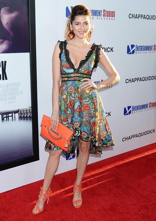 Blanca Blanco šaty oblékla v Los Angeles.