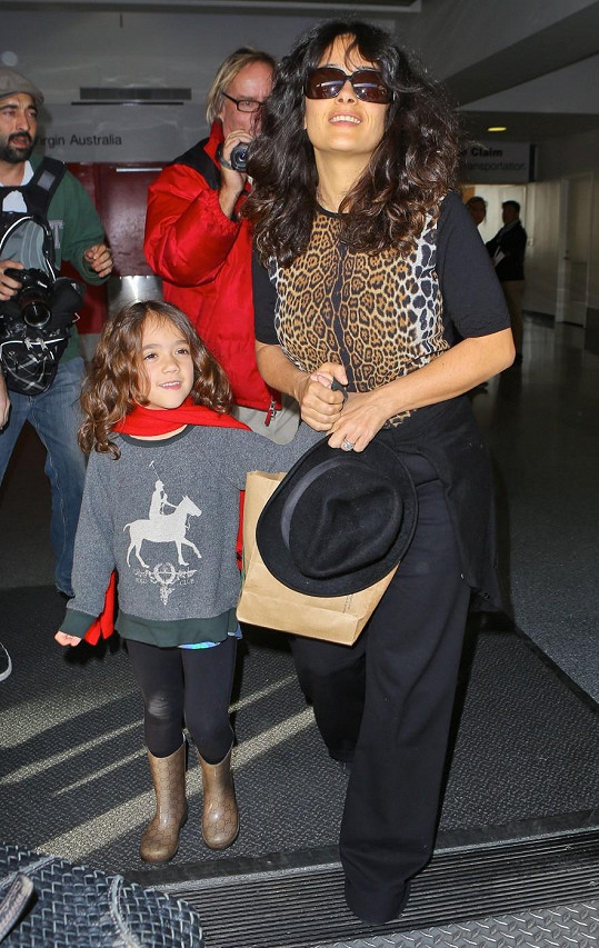 Salma s Valentinou na letišti v Los Angeles.