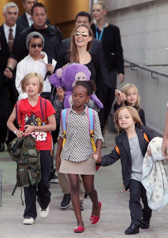 Angelina nesmí bránit Bradovi ve styku s dětmi.