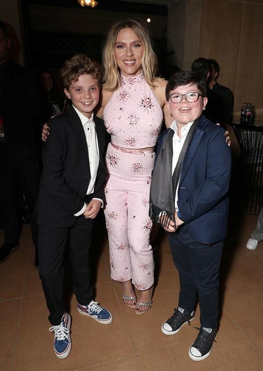 Yates (vpravo) s kolegy z filmu Králíček Jojo Romanem Griffinem Davisem a Scarlett Johansson
