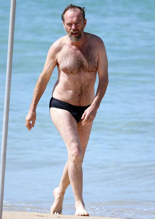 Hugo Weaving se ukázal v plavkách.
