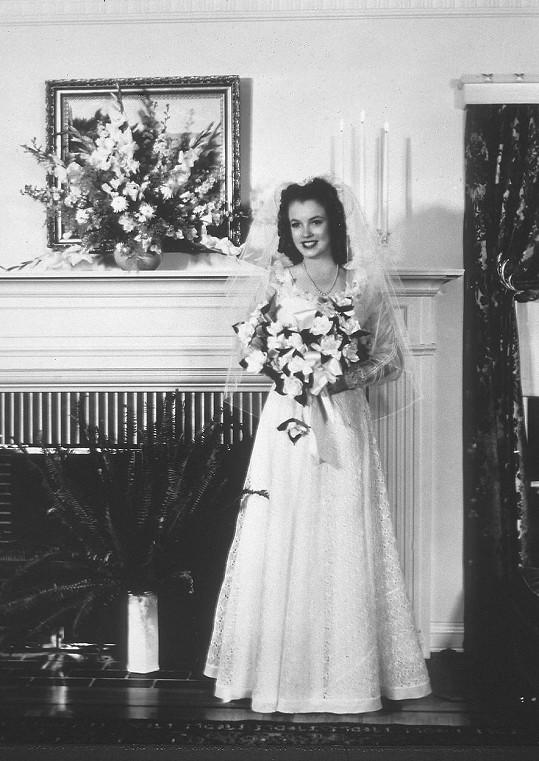 Poprvé se Marilyn vdávala v šestnácti a v bílém. O své budoucí slávě ještě nic netušila.