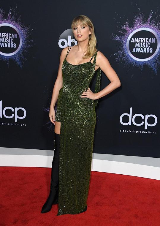 O něco střídměji se oblékla Taylor Swift, která si odnesla šest ocenění.