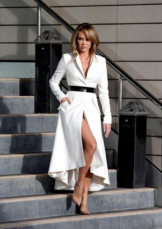 Amanda Holden je sexy i v dlouhém kabátu.