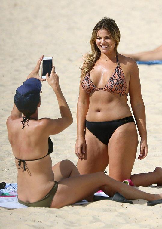 Fiona Falkiner pózovala partnerce Laře Creber na pláži v Sydney.