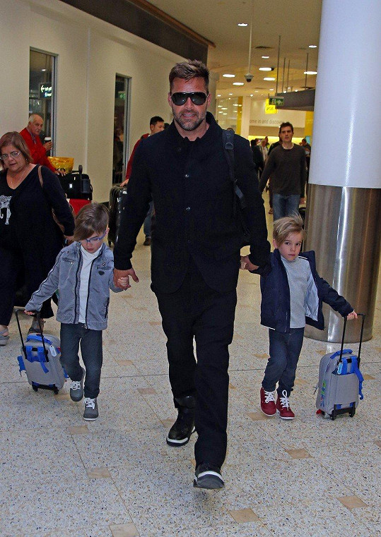 Zpěváka doprovází jeho synové Matteo a Valentino na cestách po celém světě.